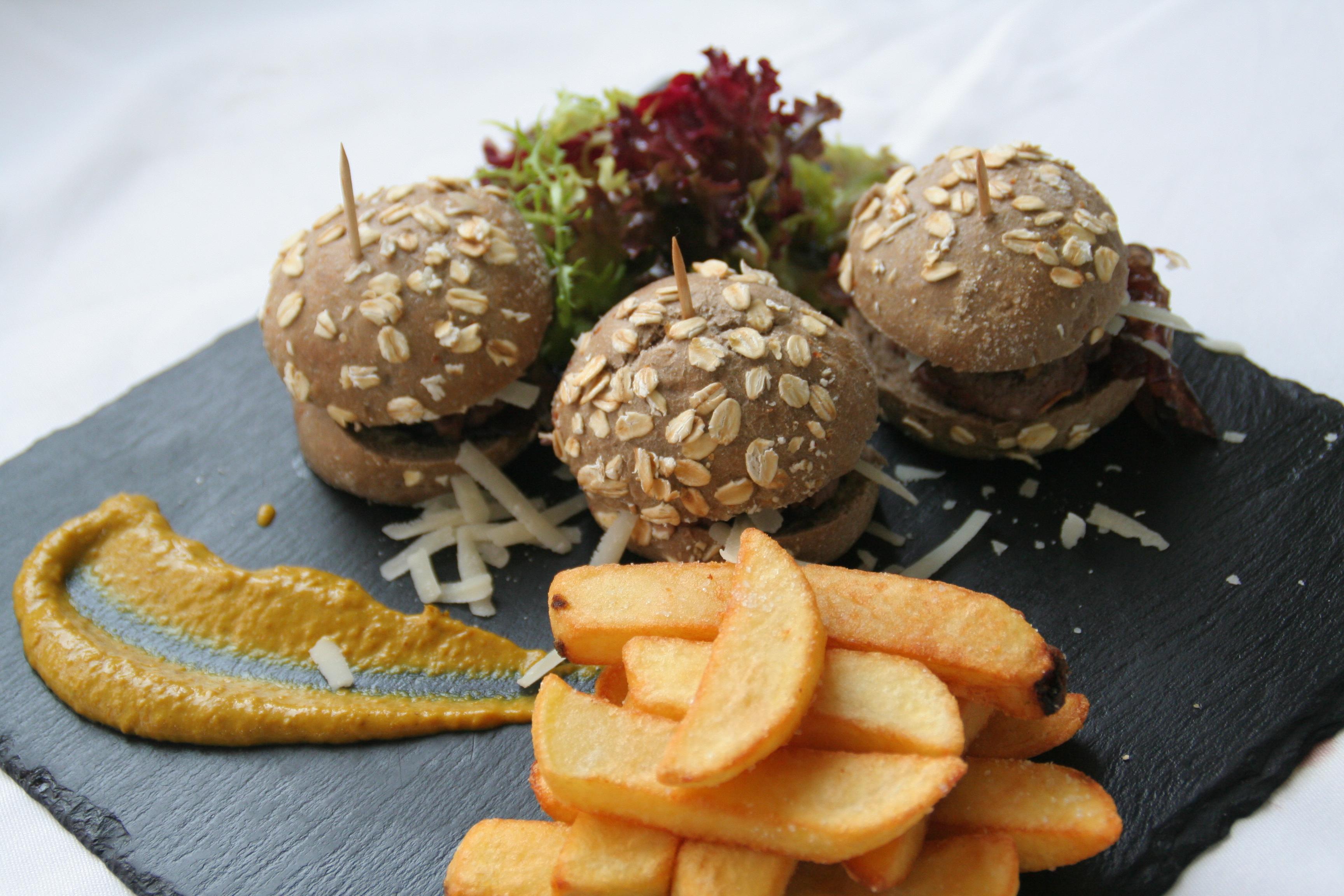 Minihamburguesa de ciervo con cebolla caramelizada, virutas de parmesano y mayonesa de Dijon